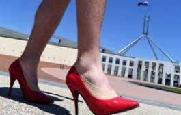 راهپیمایی این مردان با کفش پاشنه بلند زنانه/ عکس