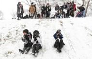 تصاویر برف بازی دختران تهرانی در پارک ملت